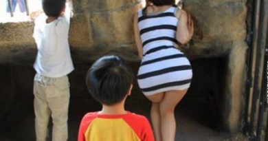 sweet ass getting stared at by a kid
